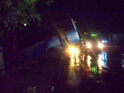 Kondisi Bus No.Pol. R-1435-BB di TKP setelah kejadian