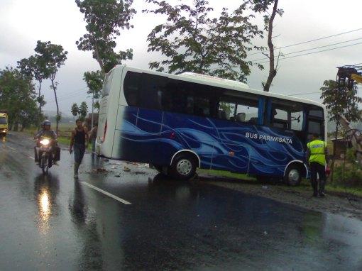 Proses Evakuasi Bus PO. Pakar Utama dari TKP